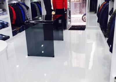 errelab-resina-monocromo-pavimento-negozio-2